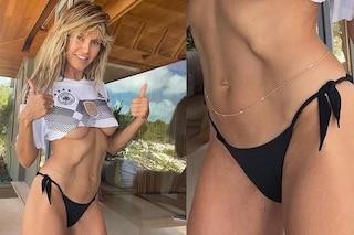 Heidi Klum lancia l'accessorio dell'estate 2021: la body chain dorata da sfoggiare con il bikini