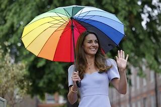 Kate Middleton con l'ombrello colorato: nel mese del Pride anche la duchessa sfoggia l'arcobaleno