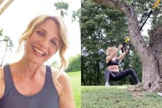 Lorella Cuccarini si allena all'aria aperta: così si tiene in forma a 55 anni