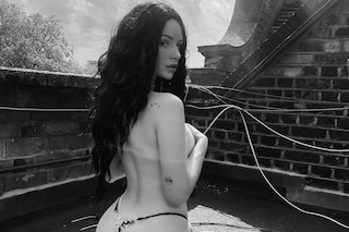 Lottie Moss in topless: posa in perizoma e rivela il nuovo look con i capelli neri