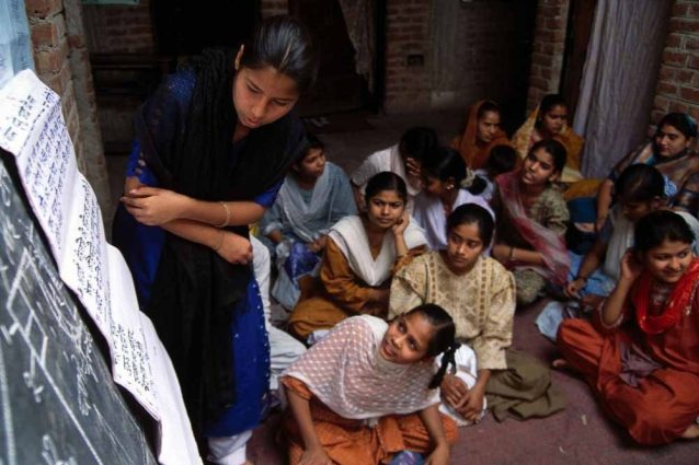 un gruppo di giovani indiane durante un workshop sui diritti e l'igiene femminile