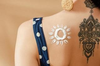 Creme solari per tatuaggi: le 12 migliori da acquistare per proteggere i tattoo