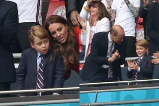 """Il principe George """"imita"""" papà William e indossa per la prima volta la cravatta"""