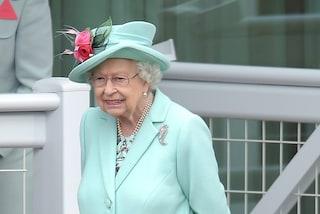 Al Royal Ascot si scommette sul cappello della regina: Elisabetta stupisce con la tonalità pastello