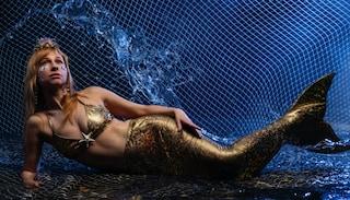 Nuotare come una sirena è possibile: il corso di Mermaiding insegna a muoversi in acqua con la pinna