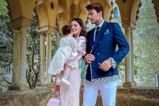 Stash papà trendy: per il battesimo della figlia Grace indossa il completo colorato e griffato