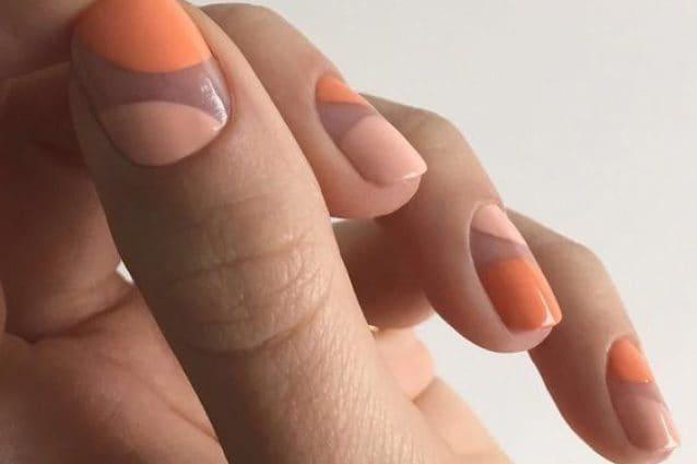 La nail art geometrica con lo smalto pesca