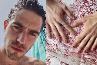 Tommaso Zorzi mostra la sua nuova manicure (che nasconde una dedica agli haters)