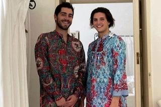Tommaso Zorzi e Tommaso Stanzani vestono coordinati: la loro prima foto social è con le camicie etniche