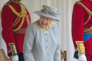 Elisabetta festeggia il 95esimo compleanno con abito riciclato e spilla dal significato particolare
