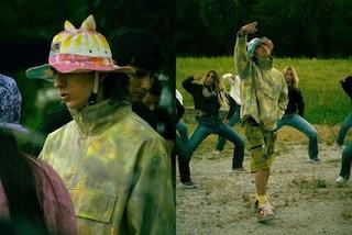 Sangiovanni nel video di Malibù: segue il trend del cappello pescatore (ma con le orecchie)