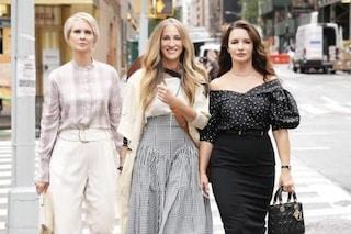 Capelli bianchi e borse di lusso: i nuovi look di Sex and the City nella prima foto dal set