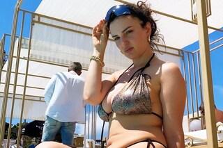 Arisa, la bellezza di una donna che sa amarsi: in bikini è la regina di body positivity a cui ispirarci