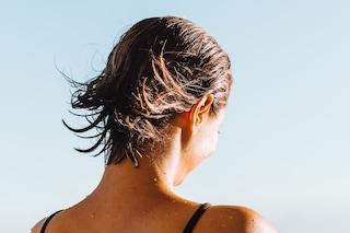 Come asciugare i capelli d'estate senza phon: i metodi per ricci e chiome lisce