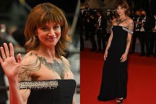 Asia Argento a Cannes 2021 con papà Dario: sul red carpet è una dark lady con i tatuaggi in mostra