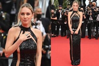 Dylan Penn, trasparenze e tacchi oro sul red carpet: la figlia di Sean è la diva di Cannes 2021