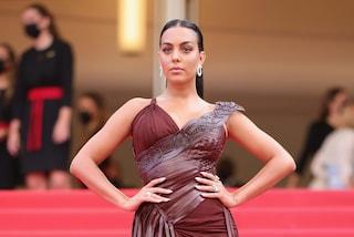 Georgina Rodriguez statuaria in un abito con maxispacco: incanta Cannes 2021 in bordeaux