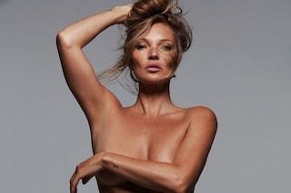 Kate Moss in topless per Skims: è lei la nuova testimonial del marchio di intimo di Kim Kardashian