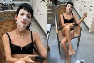 Lily Allen con la maschera viso: si dà alla skin routine in lingerie e con le pantofole di pelo