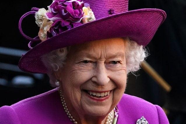 Svelato il logo per il Giubileo di Platino di Elisabetta: la Corona diventa un simbolo di continuità