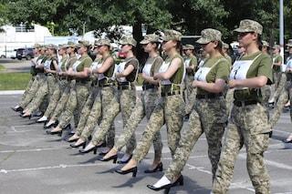 Scarpe col tacco al posto degli stivali: le soldatesse umiliate alla parata militare