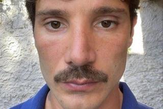 Stefano De Martino, il nuovo look per l'estate è con i baffi folti in pieno stile anni '70