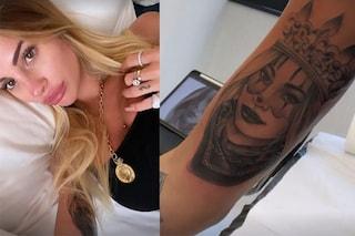 Il nuovo tatuaggio di Chiara Nasti scatena l'ironia del web: si è fatta disegnare se stessa sul braccio