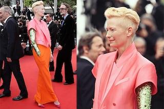 Tilda Swinton omaggia David Bowie a Cannes 2021: sul red carpet in rosa, arancio e paillettes