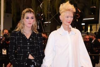 Cannes 2021, Tilda Swinton presenta Honor: mamma e figlia insieme sul red carpet con i look a contrasto