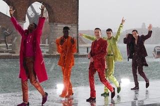 L'alta sartoria di Dolce&Gabbana celebra Venezia: i modelli sfilano sull'acqua (sotto la grandine)