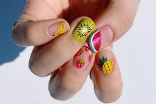 Fruit manicure, la nail art di tendenza per l'estate disegna la frutta sulle unghie