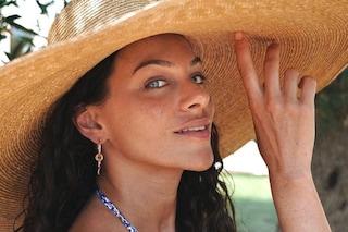 I beauty look delle influencer in spiaggia, tra cappelli di paglia e make up