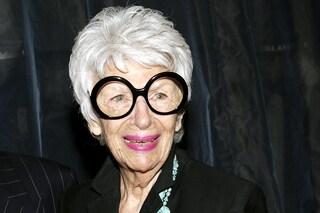 Iris Apfel compie 100 anni: storia di un'eterna adolescente diventata icona di stile