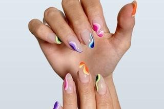 Swirl nail art, la manicure dalle linee curve e coloratissime dell'estate 2021