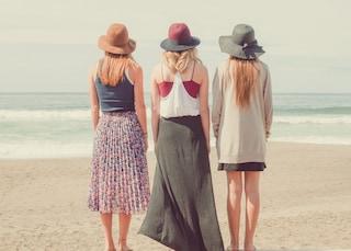 Quando il ciclo arriva in vacanza: come gestire le mestruazioni in estate, dal bagno a mare ai crampi