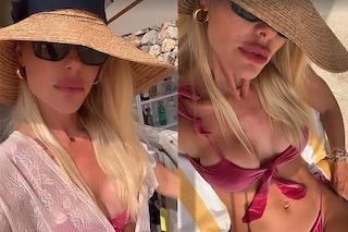 Il velluto anche d'estate: Ilary Blasi sotto l'ombrellone col micro bikini effetto velvet