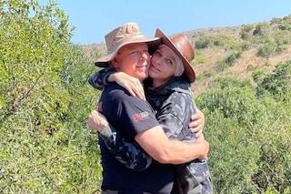 Charlene di Monaco abbraccia il marito Alberto in tuta mimetica e cappello: la tenera foto insieme