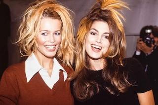 """Claudia Schiffer e Cindy Crawford amiche per la pelle: la foto con i capelli """"pazzi"""" fa sognare i nostalgici"""