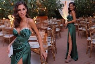Giulia De Lellis damigella in verde: al matrimonio della sorella Veronica brilla la scollatura gioiello