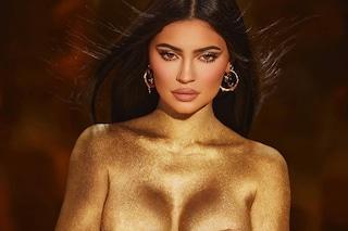Kylie Jenner come una dea: per i 24 anni posa in topless e perizoma ricoperta d'oro