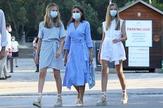 Letizia in coordinato con le figlie Leonor e Sofia: le reali di Spagna indossano tutte le espadrillas