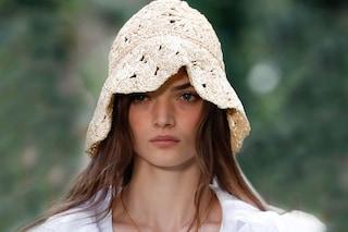 Altro che berretti da bambini: i cappelli all'uncinetto sono la mania dell'estate 2021