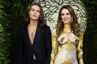 Elizabeth e Damian Hurley insieme alle sfilate milanesi: mamma e figlio vestono coordinati