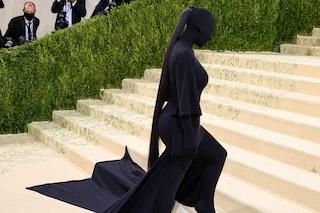 La coda di cavallo di lusso di Kim Kardashian al Met Gala: per l'acconciatura ha speso oltre 8mila euro