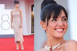 Ambra Angiolini regina d'eleganza a Venezia: abito nude di pizzo e nuovo look con chignon sul red carpet