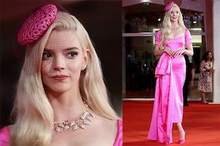 La trasformazione di Anya Taylor-Joy a Venezia 2021: addio abiti rigorosi, sfila in rosa shock