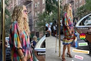 Carrie Bradshaw sul set di And Just Like That: il nuovo look con abito multicolor e capelli ondulati