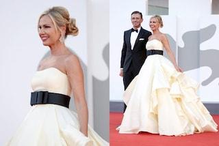 Federica Panicucci a Venezia 2021: per il red carpet col marito indossa l'abito da principessa
