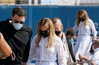 Jennifer Lopez è a Venezia con Ben Affleck: per l'arrivo al Lido sceglie l'abito di pizzo bianco