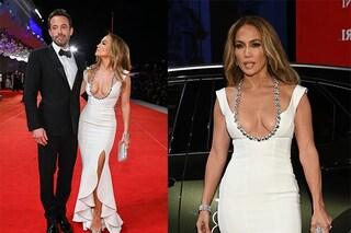 Jennifer Lopez a Venezia osa con la scollatura di brillanti: il primo red carpet con Ben Affleck è da diva